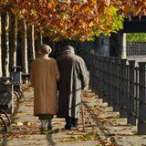 [specchio straniero 111] Il giovane cammina più veloce dell'anziano, ma l'anziano conosce la strada
