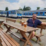 Tanie podróżowanie pociągami po Czechach. Oprowadza wesoły przewodnik Marcin Adam Wróbel.