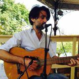 Mauro  Pawlowski speelt een akoestische set bij Radio TAZ