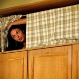 Titia Juju dentro do guarda-roupas.