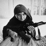 pur Günther Brot vs. geockerte Frau mit Waffe (weich aber beige)