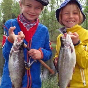 Viggo och Olga fiskar regnbåge