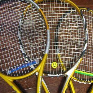 Seniori spēlē tenisu