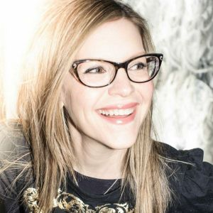 Interview With Lisa Loeb: American Singer, Songwriter