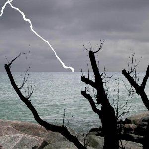 Böse ein Gewitter am Atlantik geschoben