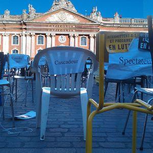 Nous autres, les chaises et le cortège