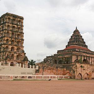 சோழர்களுக்கு முந்தைய தஞ்சாவூரும், ராஜராஜனின் அரண்மனையும் சோழ நிறுவனங்களும்