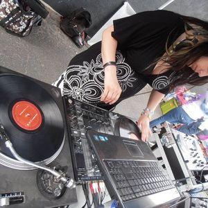 Vinyl Set <3  enjoy the remixxing skills and nevermind the high pitch tone..