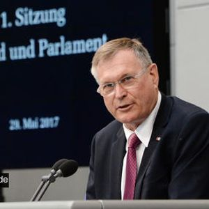 "Vizepräsident Singhammer eröffnet erste Sitzung ""Jugend und Parlament"""