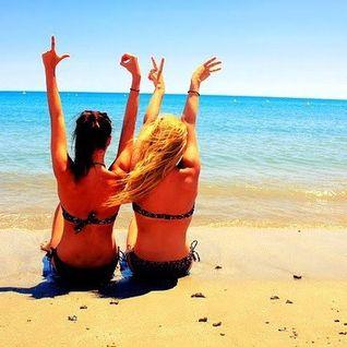 Бойфренды фотографируют подружек отдыхая у моря  230683