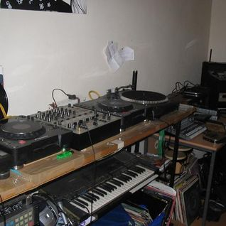 Nanook and Bricks - 6 decks, 2 mixers, 1 drum machine, no planning (2005?)