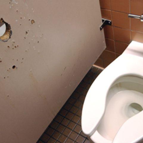 otverstie-v-stene-tualeta-dozhd-iz-pizdi-foto