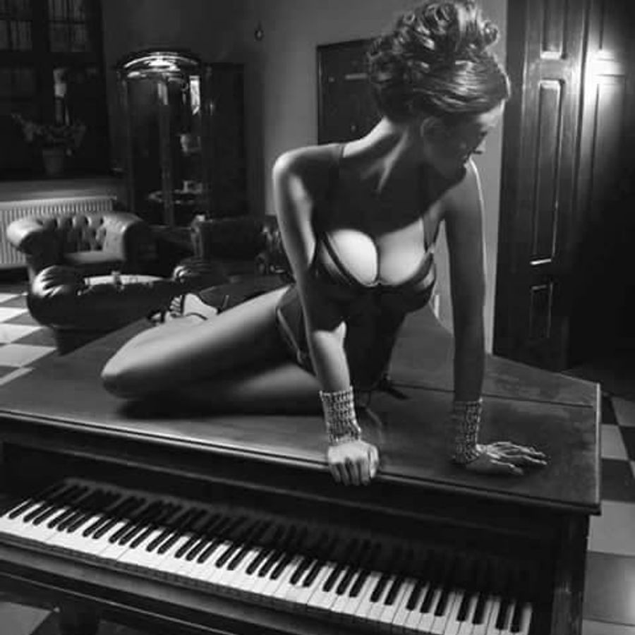 za-pianino-za-royalem-za-kompyuterom-obnazhennie-zhenshini-erotika-priklyucheniya-devushek-na-rancho